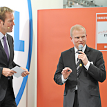 Moderator Markus Brock (li.) und der Projektleiter des INNOVATIONSPREIS-IT 2011 Gregor Balve (re.).